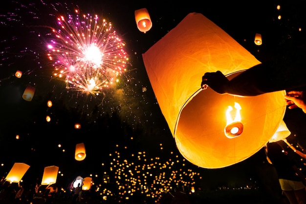 Lámpara flotante en el festival de yee peng el día de krathong de loy, festival de fuegos artificiales