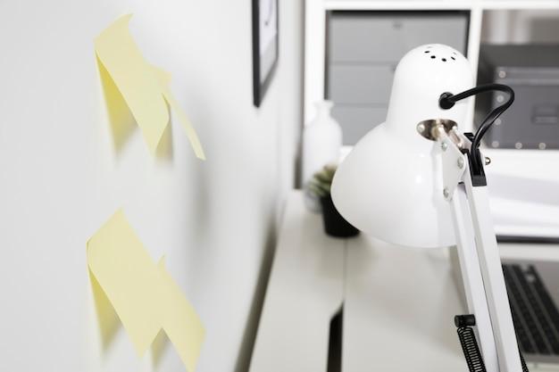 Lámpara interior de primer plano con notas adhesivas