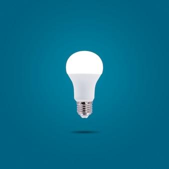 Lámpara led de bajo consumo 230v aislada sobre fondo de color azul pastel.