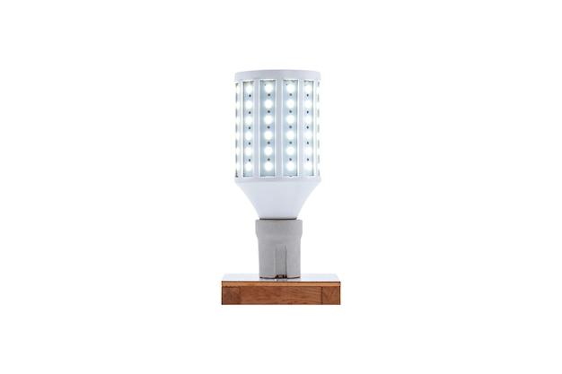 Lámpara led de bajo consumo con tapón de rosca e27 230v sobre base de madera aislada sobre fondo blanco.