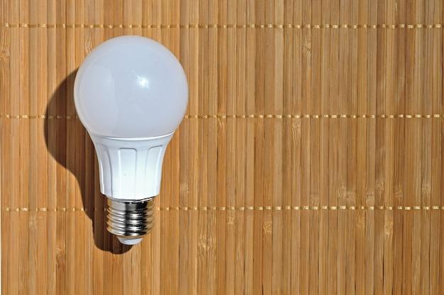 Lámpara led sobre superficie de madera. vista superior.