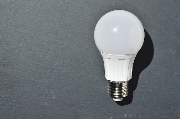 Lámpara led sobre una superficie oscura. vista superior.