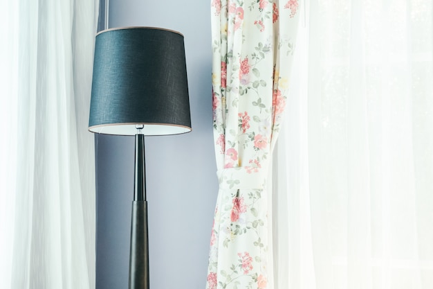 Lámpara de luz decorada en salón interior.