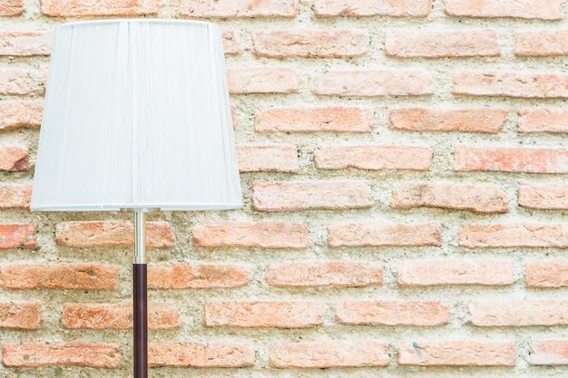 Lámpara de luz con espacio de copia en pared.