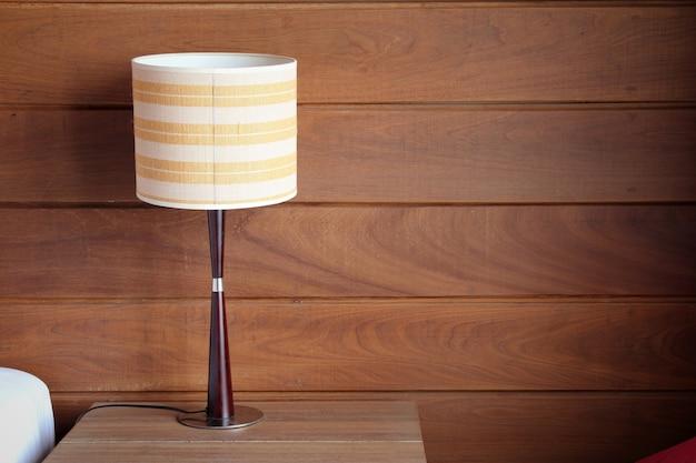 Lámpara de mesa en el dormitorio