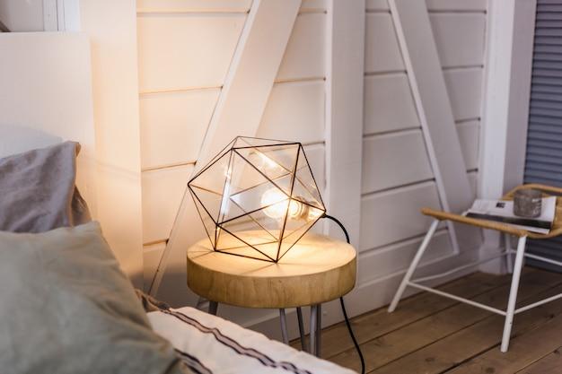 Lámpara moderna de metal con luz interior, carcasa y diseño.
