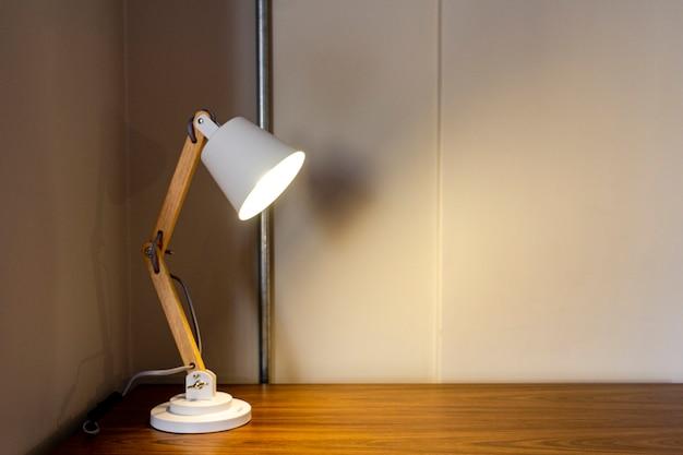 Lámpara moderna sobre muebles de madera.