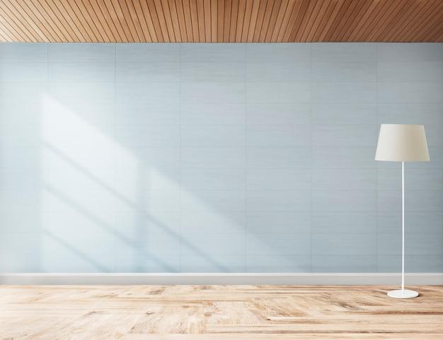 Lámpara de pie en una habitación azul.