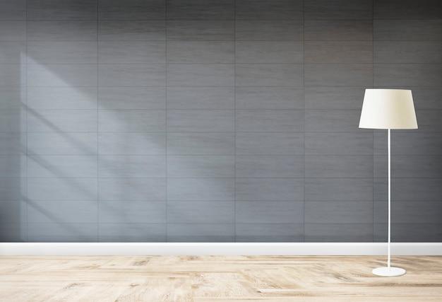 Lámpara de pie en una habitación gris.