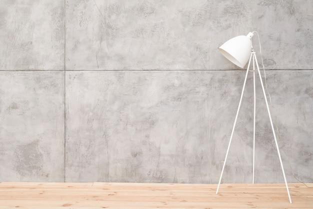Lámpara de pie minimalista blanca con paneles de hormigón.
