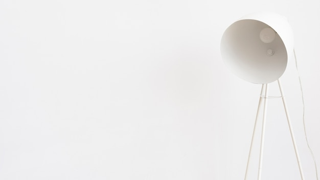 Lámpara de pie minimalista blanca.