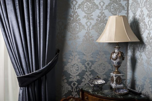 Lámpara vieja en una habitación vintage