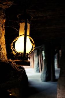 Lámpara vieja en una mina