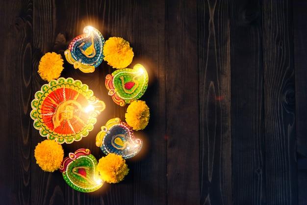 Lámparas de arcilla con velas encendidas