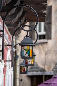 Lámparas de calle con diseño retro en la calle en un pueblo de montaña cerca de la ciudad de da nang, vietnam