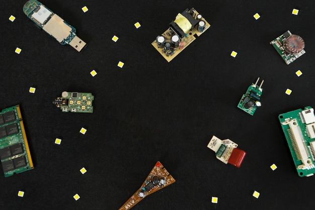 Lámparas de diodo emisor de luz de ahorro de energía con placa de computadora, controladores, concepto de ahorro de energía sobre fondo negro. concepto para ahorrar energía led, ecológico, calentamiento global, vista superior plana