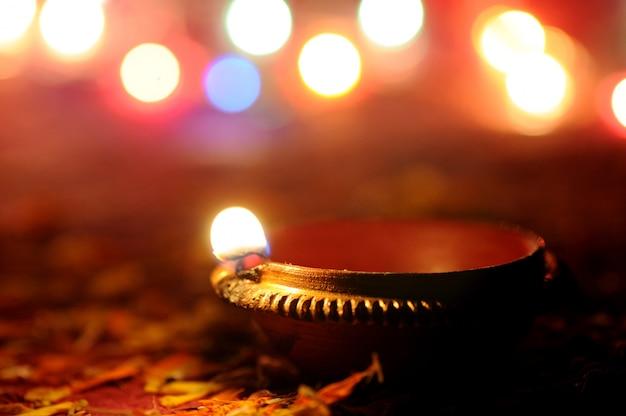 Las lámparas diya de arcilla se encendieron durante la celebración de diwali. diseño de tarjeta de felicitación festival hindú de luz hindú llamado diwali