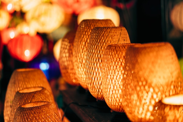 Lámparas de luz de mimbre, mercado nocturno en la antigua ciudad de hoi an, vietnam.