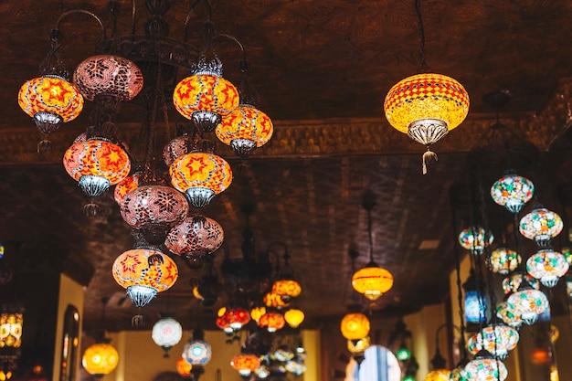 Lámparas en restaurante arabe