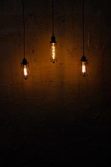 Lámparas retras de cristal de edison en un fondo oscuro.