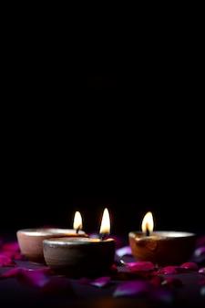 Lámparas tradicionales de arcilla diya encendidas durante la celebración de diwali