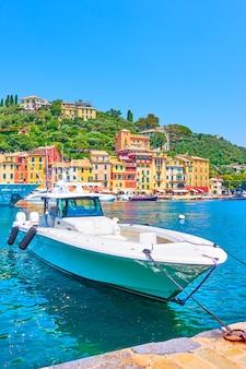 Lancha blanca en la bahía de portofino, la riviera italiana en liguria, italia