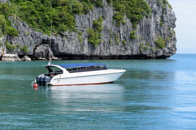 Lancha flotante en el hermoso paisaje del mar de la costa tropical de tailandia