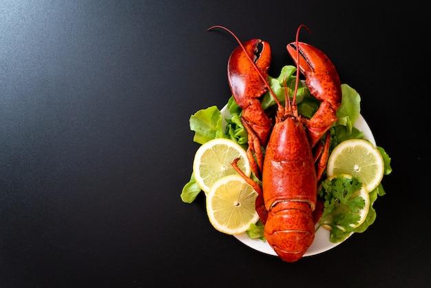 Langosta cocida con vegetales y limon