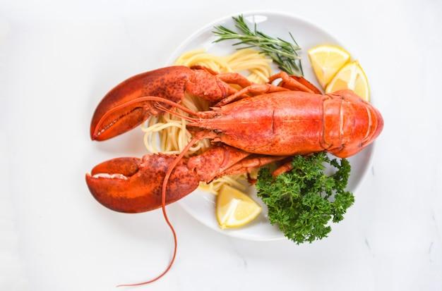 Langosta fresca comida en un plato blanco
