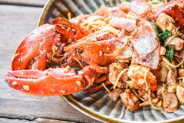 Langosta a la plancha, salchicha, jamón, verduras y queso, espaguetis con mariscos, mariscos, plato de mariscos