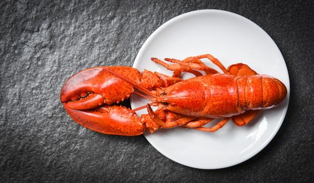 Langosta en plato blanco con oscuro - camarones mariscos camarones