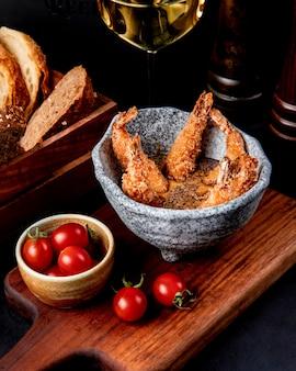 Langostinos fritos en salsa de ajo vista lateral
