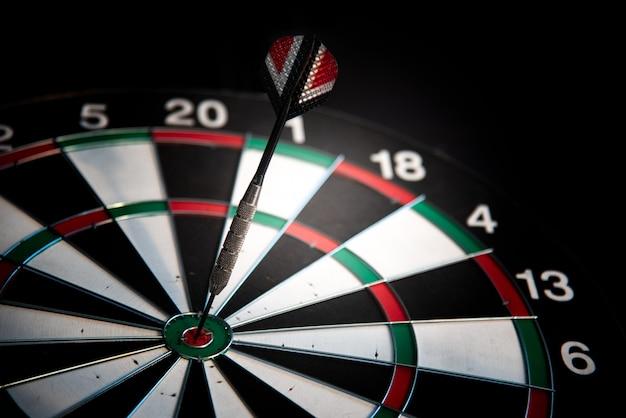 Lanza flechas en el objetivo central. muchos intentos de tener éxito concepto