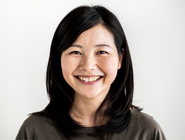 Lanzamiento del retrato de la mujer de la pertenencia étnica asiática en un estudio
