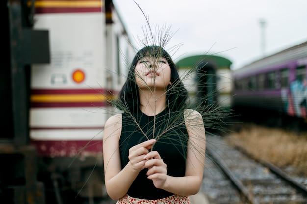 Lanzamiento de moda de mujer asiática