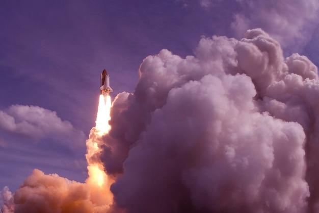 El lanzamiento del transbordador espacial contra el cielo los elementos de esta imagen fueron proporcionados por la nasa