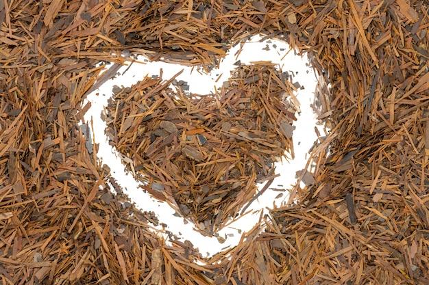 Lapacho de té de hierbas, en forma de corazón, de cerca.