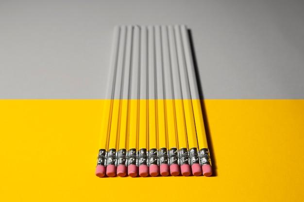 Lápices amarillos iluminados y grises definitivos en colores pantone 2021