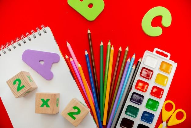 Lápices bloc de notas entumecen abc alfabeto waterolors.