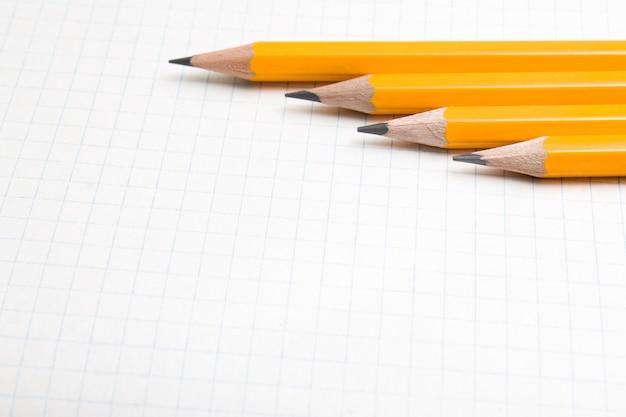 Los lápices de borange se cierran para arriba y el libro de composición.