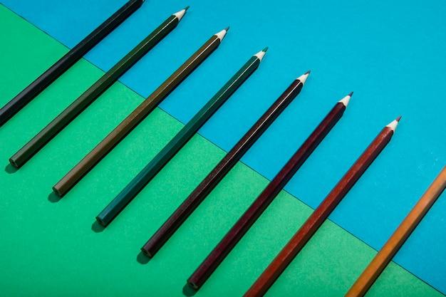 Lápices de color marrón degradado alta vista
