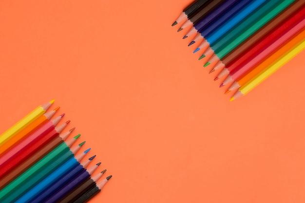Lápices de color naranja en blanco