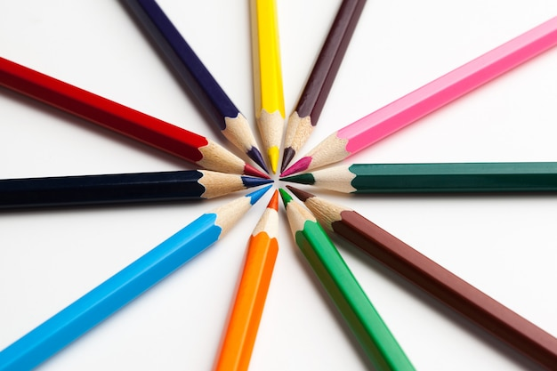 Lápices de colores aislados en blanco