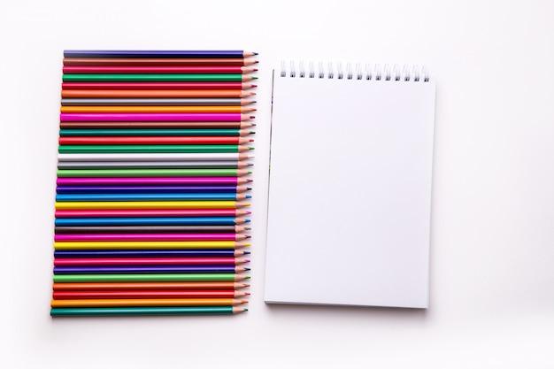 Lápices de colores aislados sobre fondo blanco.