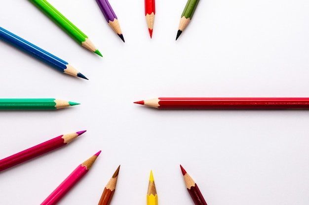 Lápices de colores aislados sobre fondo blanco