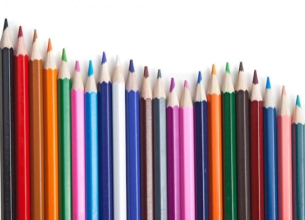 Lápices de colores aislados en una superficie blanca