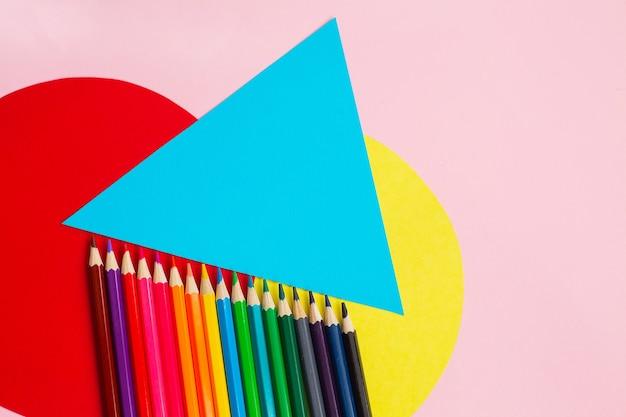 Lápices de colores brillantes arco iris sobre fondo de color creativo. concepto de educación artística.