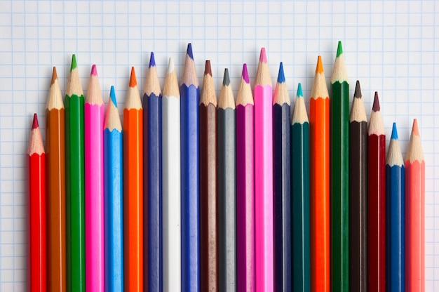 Lápices de colores en el cuaderno escolar
