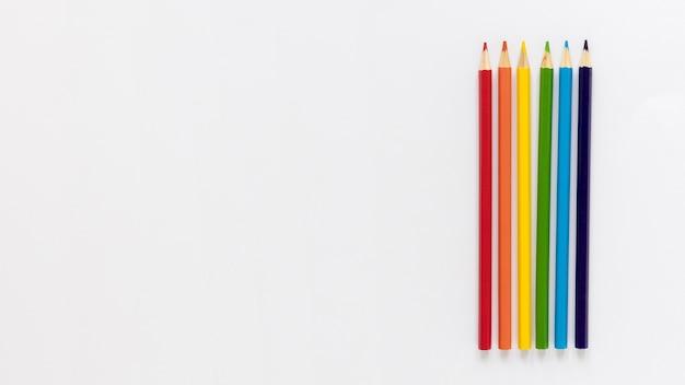 Lápices de colores de espacio de copia