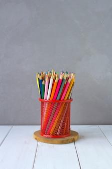 Lápices de colores fondo gris